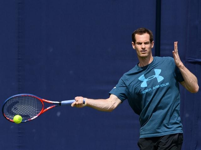 Andy Murray schlägt im Training eine Vorhand.