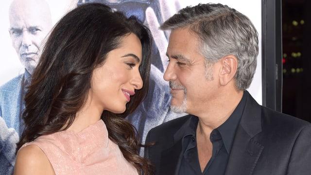 Amal und George Clooney schauen sich verliebt in die Augen.