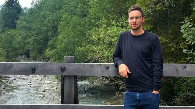 Luzi Schut steht auf einer Brücke