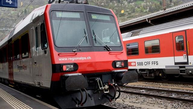 Je ein Zug von Regionalps und der SBB im Bahnhof Brig