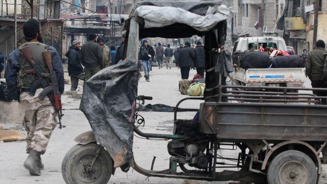 Syrische Rebellen und Zivilisten in Aleppo.