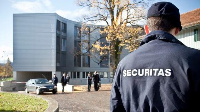 Sicherheitspersonal bewacht Gebäude