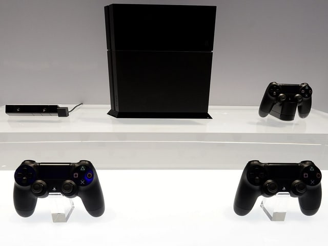 Die Playstation 4 und ihrere Peripherie im Schaufenster.