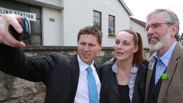 Gerry Adams mit zwei Wählern beim Selfie