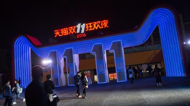 Eingang eines Ladens mit «11 11» in Neonleuchtschrift.