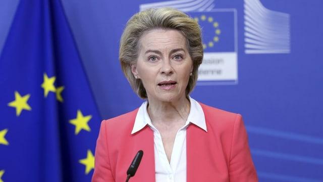 Ursula von der Leyen am Mikrofon.