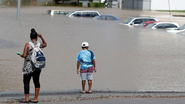Autos südlich von Brisbane stehen unter Wasser.