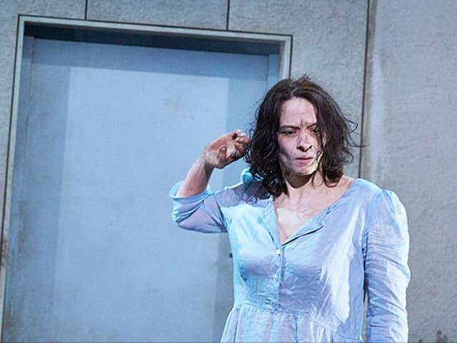 Schauspielerin Carolin Conrad steht auf der Bühne.