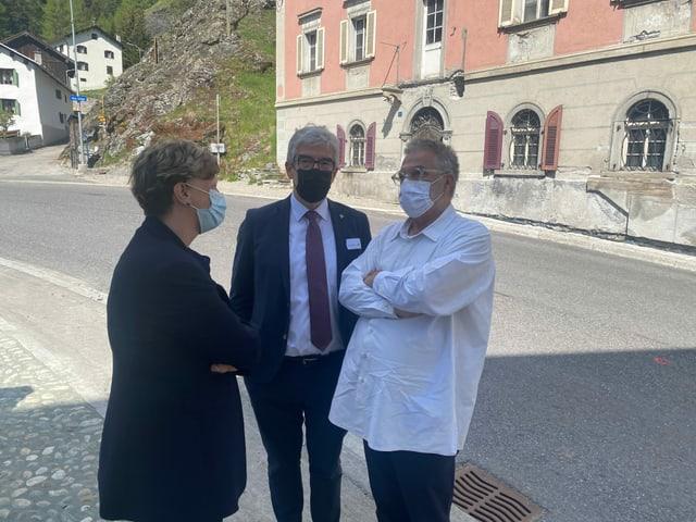 Isabelle Chassot, la directura da l'uffizi federal da cultura, cun il minister da cultura Jon Domenic Parolini (amez) e Martin Leuthold, il dissegnader da tailas.