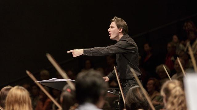 Dirigent mit Orchester am Lucerne Festival