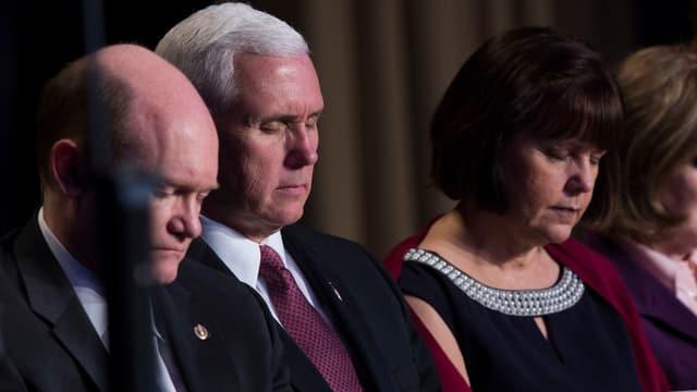 Pence und seine Frau mit geschlossenen Augen am Tisch.