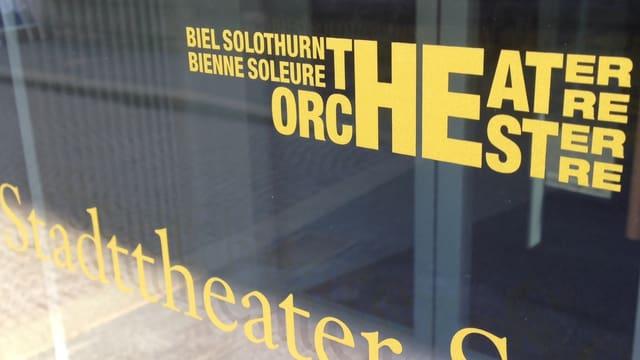Logo des Theaters Orchestes Biel Solothurn an der Eingangstür des Stadttheaters Solothurn.