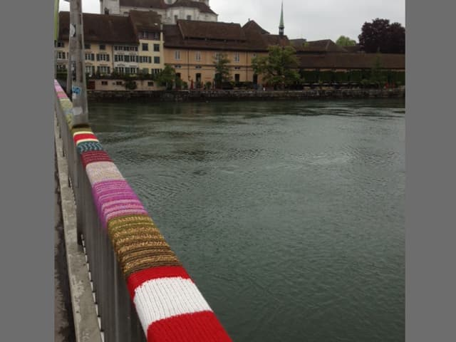 Brückengeländer, im Hintergrund Altstadt und Barock-Kathedrale von Solothurn
