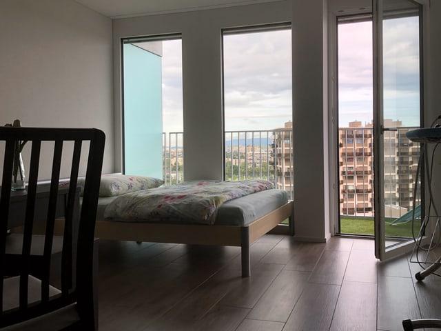 Das Schlafzimmer einer Wohnung im JaBee-Tower ist geräumig und bietet eine grandiose Aussicht.