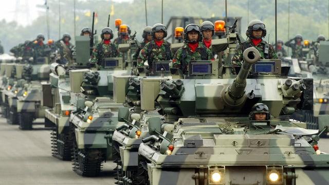 Soldaten in Panzern bei Waffenparade in Jakarta