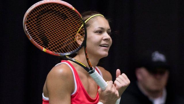 Im April bezwingt Mitu im Fed Cup Top-10-Spielerin Genie Bouchard.