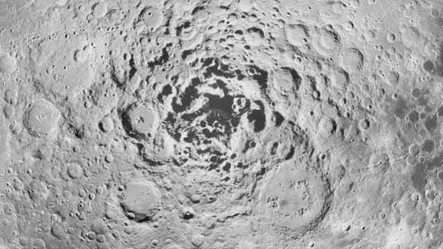 Die Mondoberfläche mit vielen Kratern.