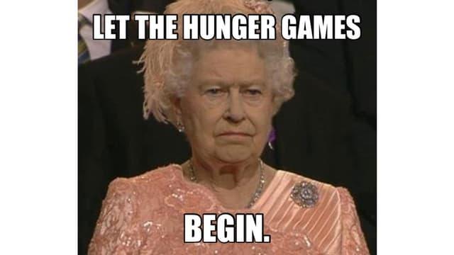 Während der Eröffnungsfeier der Olympischen Spiele 2012 guckt die Queen grimmig dem Spektakel zu.