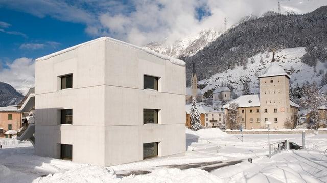 Center dal parc naziunal svizzer, in edifizi quader modern cun trais fanestras sin mintga plan e da mintga vart.