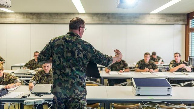 Ina stanza da scola cun militars.