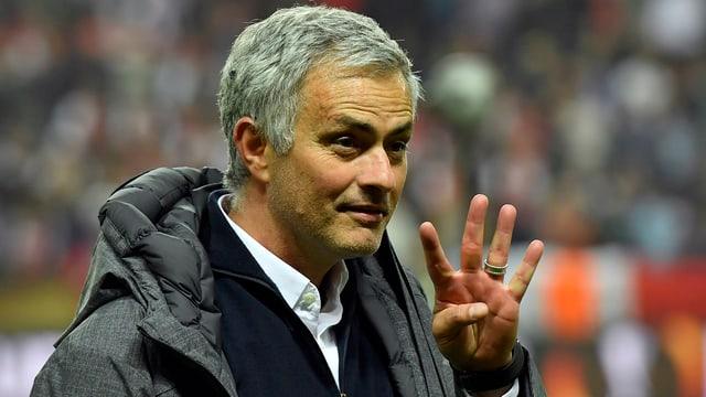 Mourinho hebt vier Finger
