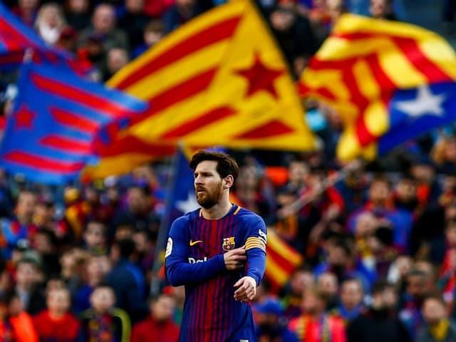Lionel Messi vor der Barcelona-Fankurve.