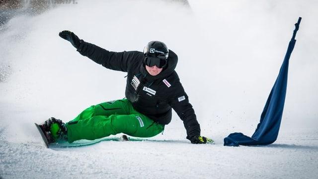 Il snowboardist Dario Caviezel en acziun.