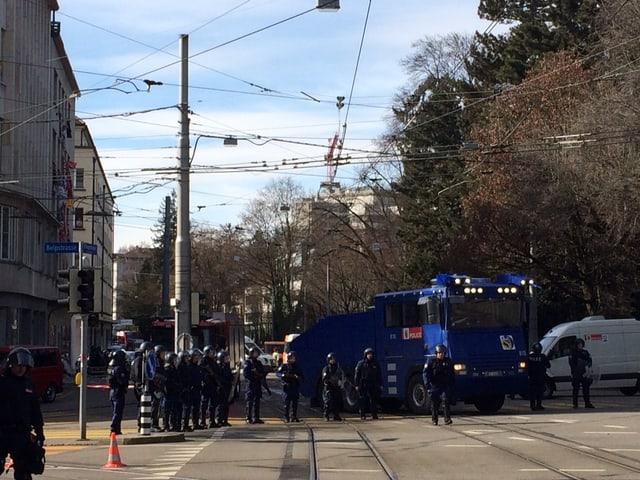 Wasserwerfer und Polizisten.