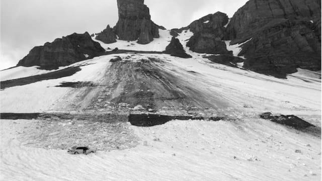 Lavina la Pass dal Klausen ha tschiffà dus autos.