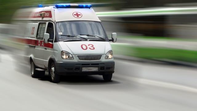 Ein Krankenwagen fährt mit Blaulicht ins Spital