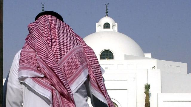 Saudiarab che chamina vers ina moschea.