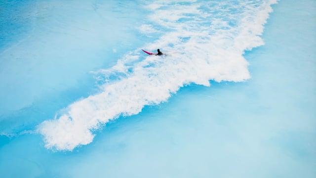 Ein Surfer in der Welle.