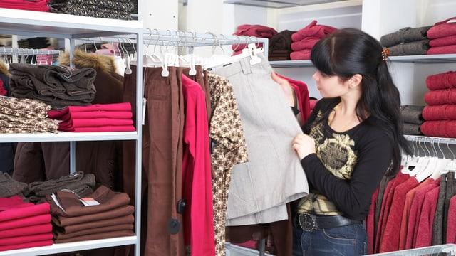 Eine Frau im Kleiderladen