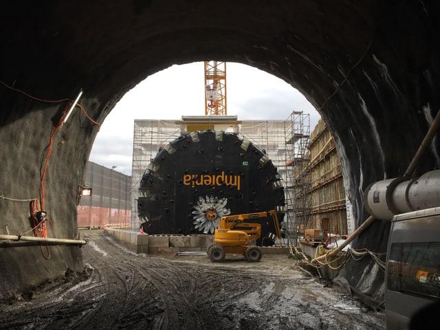 Blick vom Tunneleingang auf den Bohrkopf.