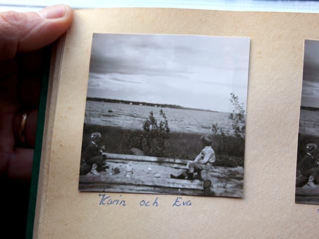 Albumseite mit Schwarz-Weiss-Foto von Kindern am Meer.
