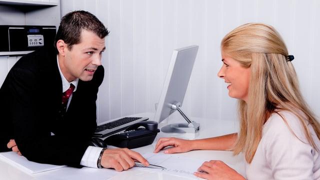 Ein Anwalt erklärt einer Klientin, wie sie vorgehen soll