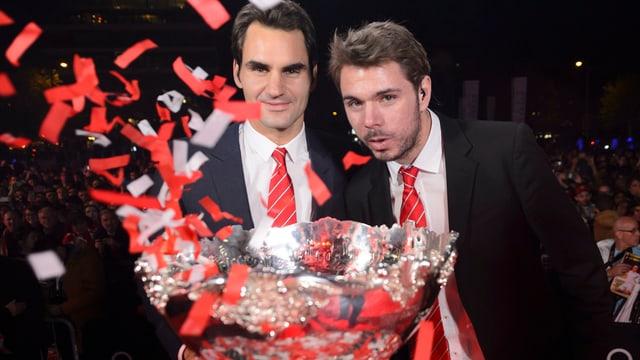 Federer und Wawrinka posieren zusammen mit der Davis-Cup-Trophäe.
