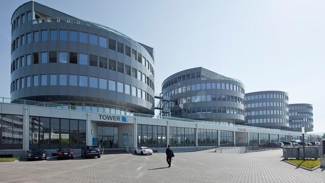 Gebäudekomplex mit Autos davor, Hauptsitz von Transocean.