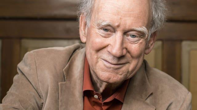 Lächelt verschmitzt: der Schweizer Kabarettist und Schriftsteller Franz Hohler