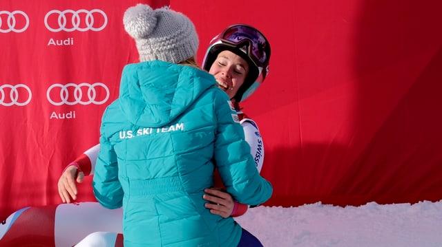 Michelle Gisin und Mikaela Shiffrin im Zielraum.