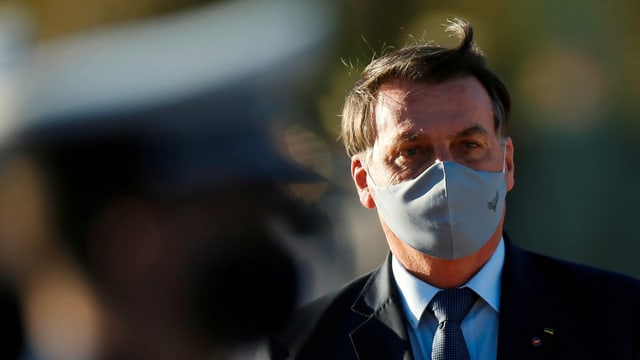 Brasiliens Präsident Jair Bolsonaro trägt eine Maske