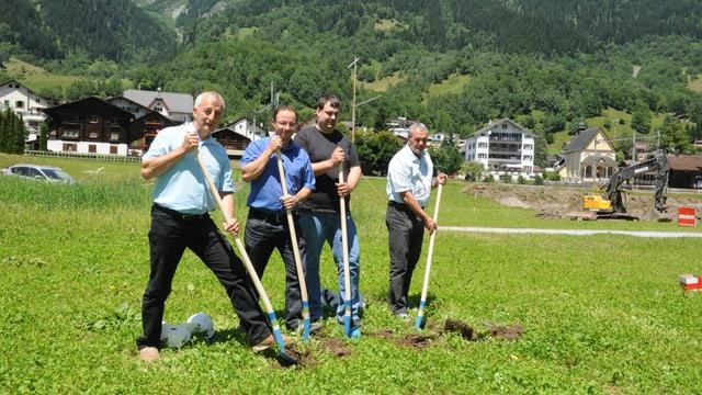 Aldo Kollegger (architect), Edgar Durschei (ImmoTrun SA), Ivo Nay (mazler) e Vitus Nay (ImmoTrun SA) fan l'emprima palada.