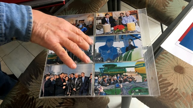 Rick Kimberley's Hand. Sie liegt auf einem Bogen mit Fotografien.