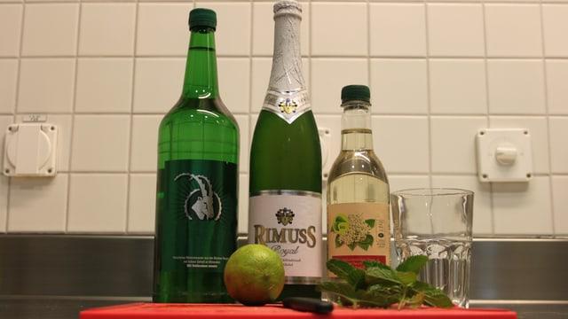 Zutaten: Pferminzblätter, 3 Limetten, Holunderblütensirup, Rimuss, Wasser und Eiswürfel