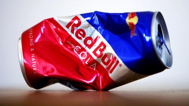 Eine zerknüllte Dose mit der Aufschrift «Red Bull».