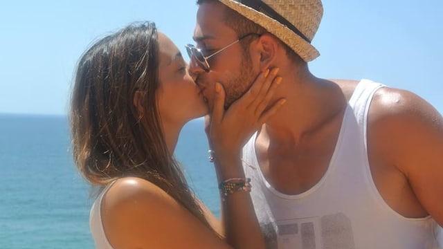 Die Miss Schweiz und ihr Freund küssen sich am Meer.