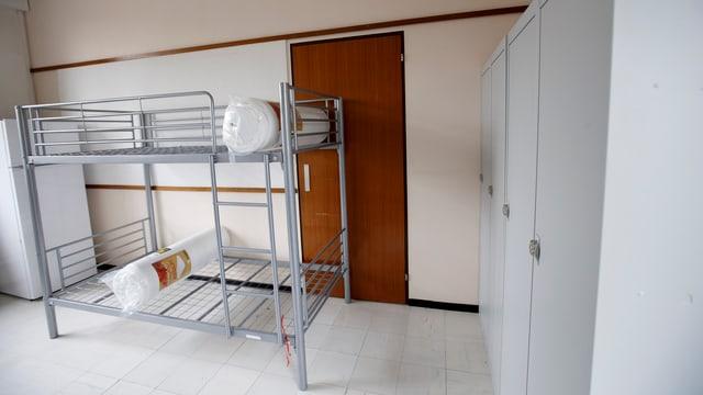 Leere Betten in einem Asylzentrum.