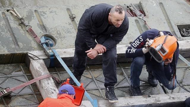 Taucher machen sich bereit, um in der Donau nach den vermissten Personen nach dem Unglück in Budapest zu suchen.
