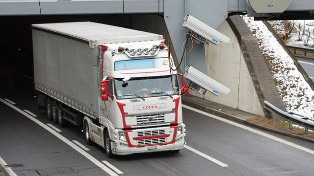 Ein Lastwagen fährt aus dem Gotthard-Tunnel