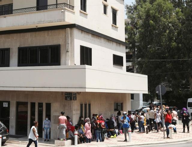 Äthiopische Hausangestellte mit Masken versammeln sich mit Habseligkeiten vor dem äthiopischen Konsulat in Hazmiyeh